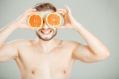 Masque facial des fruits frais et de l'argile pour le concept de l'homme photographie stock libre de droits