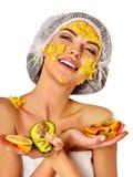 Masque facial des fruits pour la femme Fille dans le chapeau médical Image libre de droits