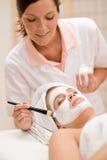 Masque facial - femme au salon de beauté Image stock