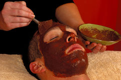 Masque facial organique de station thermale sur l'homme Photo libre de droits