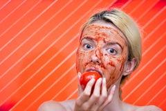 Masque fait maison de tomate et d'ail images stock