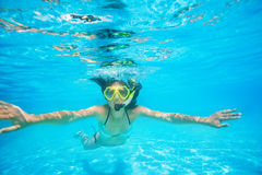Masque naviguant au schnorchel de port de femme nageant sous l'eau Photos stock