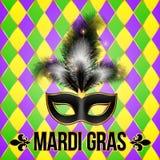 Masque noir de Mardi Gras avec des plumes sur la grille Photos libres de droits