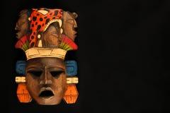 Masque peint découpé en bois aztèque maya indien d'isolement sur le noir Image libre de droits