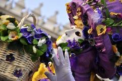 Masque pourpre de vendeur de fleur dans le carnaval de Venise Photographie stock libre de droits