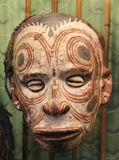 Masque primitif avec des yeux des coquilles chez la Papouasie-Nouvelle-Guinée Image libre de droits