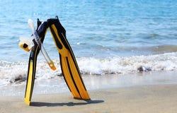 Masque, prise d'air et ailettes de plongée sur une plage Photo libre de droits