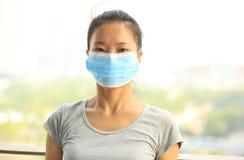 Masque protecteur asiatique d'usage de femme dans la ville Photo libre de droits