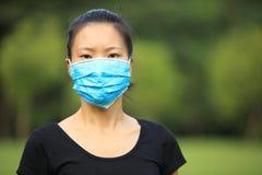 Masque protecteur asiatique d'usage de femme dans la ville Images stock