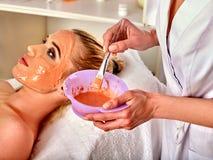 Masque protecteur de collagène Traitement facial de peau Femme recevant la procédure cosmétique image stock