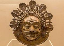 Masque protecteur en bronze indien des personnes folkloriques tribales de Karnataka, Inde Image stock