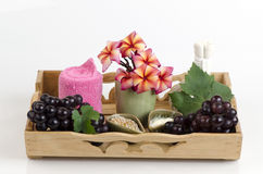 Masque protecteur le raisin, le miel et le yaourt pour serrer la peau et pour étant coupé des taches brunes sur le visage Photo stock