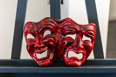 Masque rouge de carnaval représentant la joie et la tristesse image stock