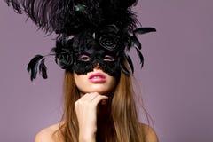 Masque s'usant de belle jeune fille de brunette photo stock