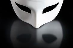 Masque sur le noir photographie stock libre de droits