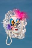 Masque vénitien peint avec des plumes et des perles Photos stock