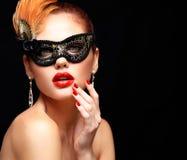 Masque vénitien de port de carnaval de mascarade de femme modèle de beauté à la partie d'isolement sur le fond noir Noël et nouve Images stock