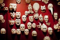 Masques blancs de Venise sur le mur photographie stock