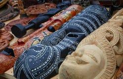 Masques découpés en bois ethniques sur le marché au détail Images stock