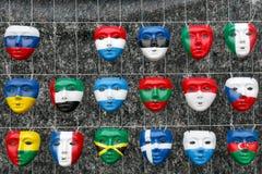 Masques dans les drapeaux nationaux de forme des pays Images stock