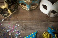 Masques de mardi gras sur la table en bois images libres de droits