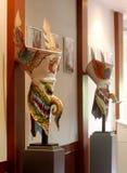 Masques de sculpture en monstre à l'intérieur de couloir de musée d'art populaire de folklore de PHI-TA-KHON Image libre de droits
