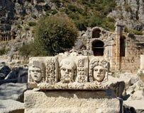 Masques en pierre antiques de l'amphithéâtre en Myra images libres de droits