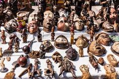Masques et chiffres en bois de culture africaine au marché aux puces i Photo stock
