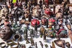 Masques et chiffres en bois de culture africaine au marché aux puces i Photographie stock