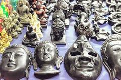 Masques et souvenirs bouddhistes thaïlandais au marché de nuit Photos stock