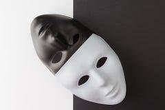Masques noirs et blancs diagonalement placés image libre de droits