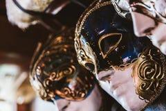 Masques vénitiens accrochés images stock