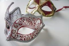 Masques vénitiens colorés typiques image stock