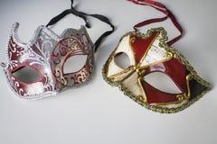 Masques vénitiens colorés typiques photos stock