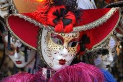 Masques vénitiens dans le chapeau rouge. Photos libres de droits