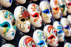 Masques vénitiens de plein-visage pour le carnaval dans la boutique, Venise, Italie photographie stock libre de droits