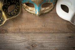 Masques vénitiens pour le mardi gras sur la table en bois photographie stock