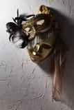 Masques vénitiens sur le vieux mur image libre de droits