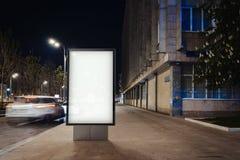 Masquez la bannière lumineuse sur une rue dans la ville de nuit rendu 3d Photo libre de droits