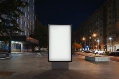 Masquez la bannière lumineuse sur une rue dans la ville de nuit rendu 3d Image stock