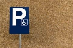 Masquez la plaque de rue se garante handicapée sur le courrier avec le fond et les un bon nombre rocheux d'espace de copie Images stock