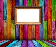 Masquez la trame dorée découpée dans la chambre en bois Photographie stock