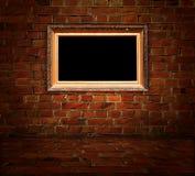 Masquez la trame dorée découpée sur le fond de brique rouge photos libres de droits