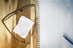 Masquez le bloc-notes avec le crayon lecteur Images stock
