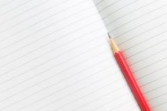 Masquez le carnet ouvert avec le crayon photographie stock