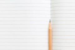 Masquez le carnet ouvert avec le crayon photos libres de droits