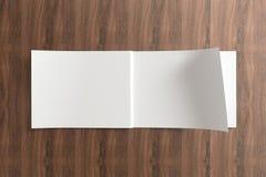 Masquez le catalogue ouvert sur le fond en bois Photo libre de droits