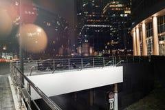 Masquez le panneau d'affichage lumineux près du stationnement bien allumé à la nuit rendu 3d Photographie stock libre de droits