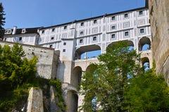 Masquez le pont ou le Mantelbruecke dans le château de Cesky Krumlov photographie stock