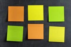 Masquez le tableau noir coloré de post-its de post-its Photographie stock